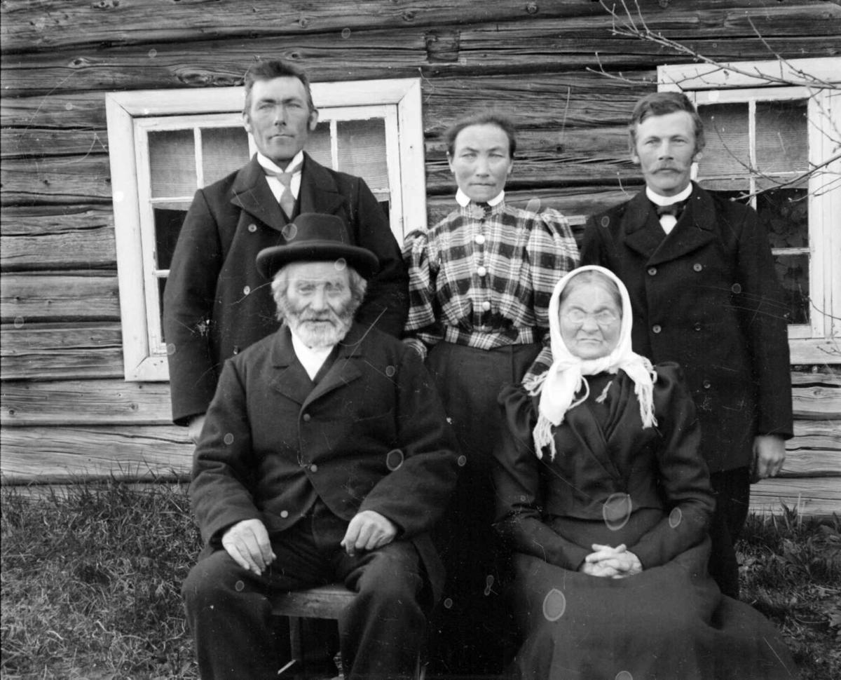Familiegruppe, Morten Olsen Volbakken og kona Henrikka med sine tre barn