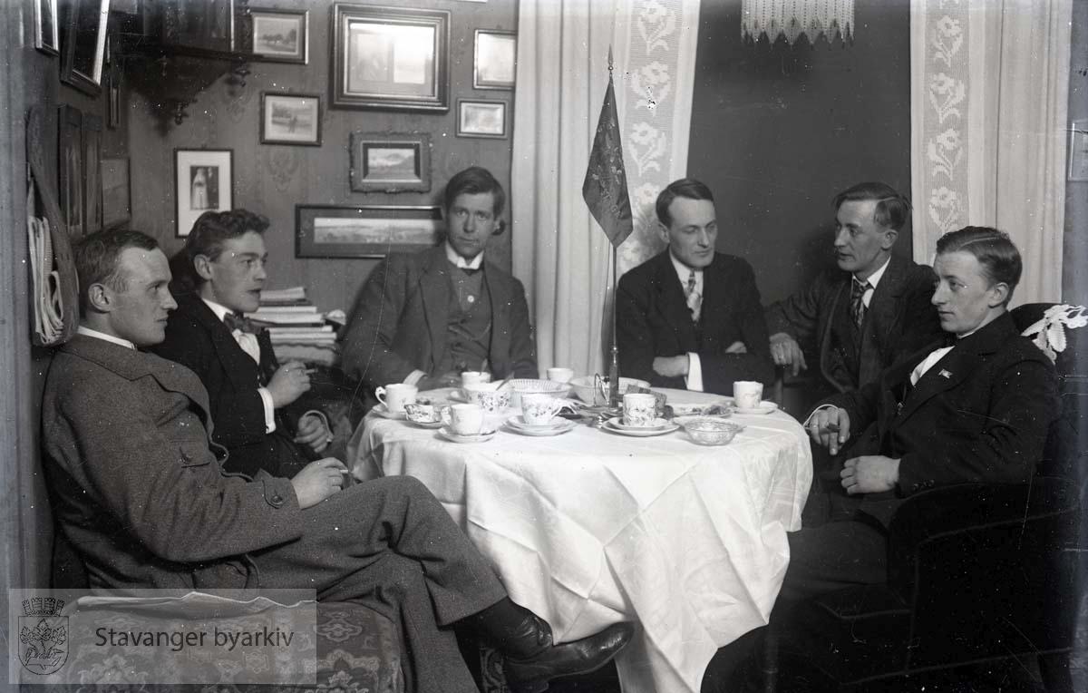 Menn samlet rundt bord
