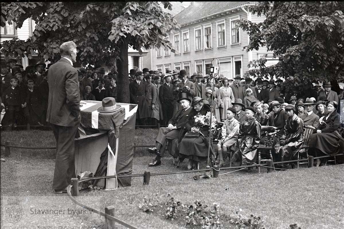 Det holdes tale for tilskuere på St. Peters plass.