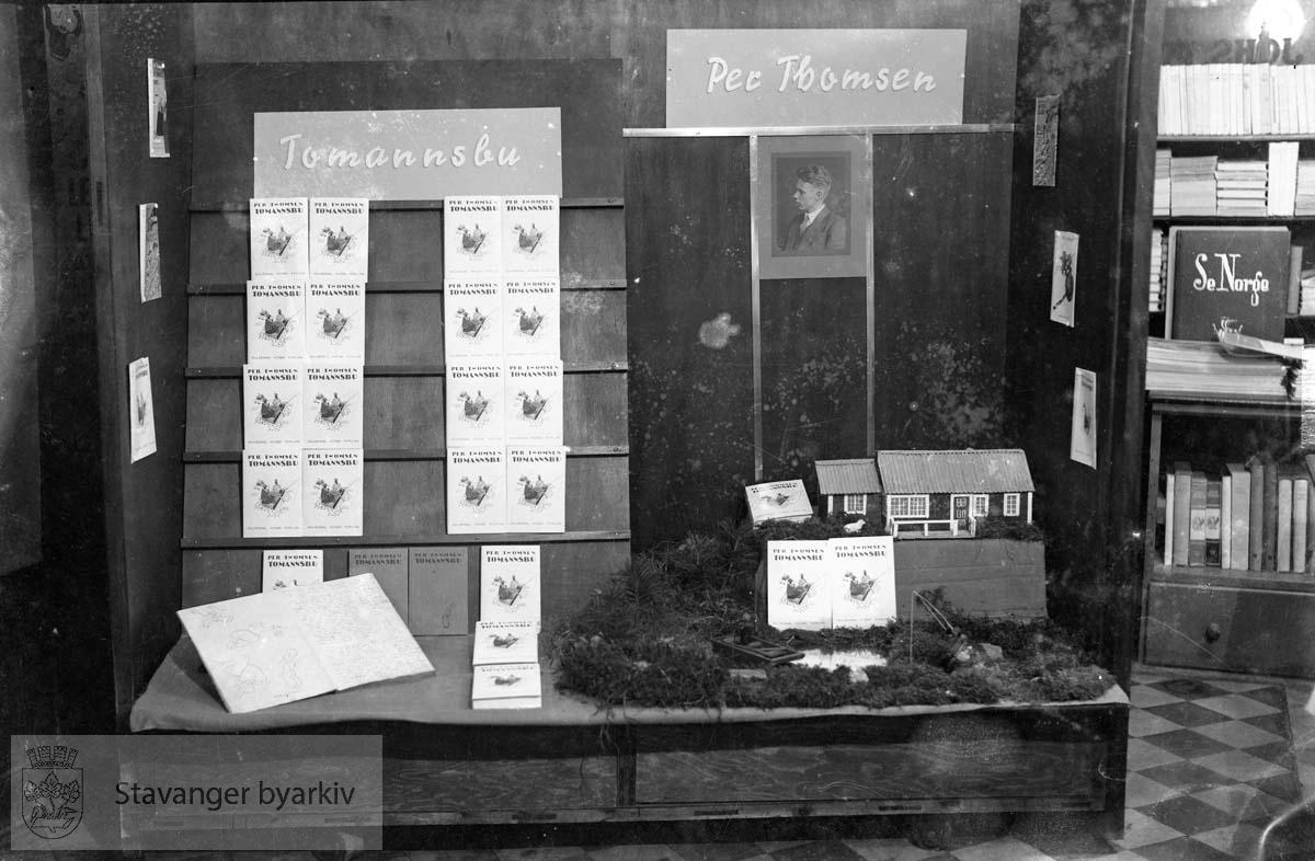 Utstillingsvindu, Johs. Floor bokhandel.Per Thomsen: Tomannsbu