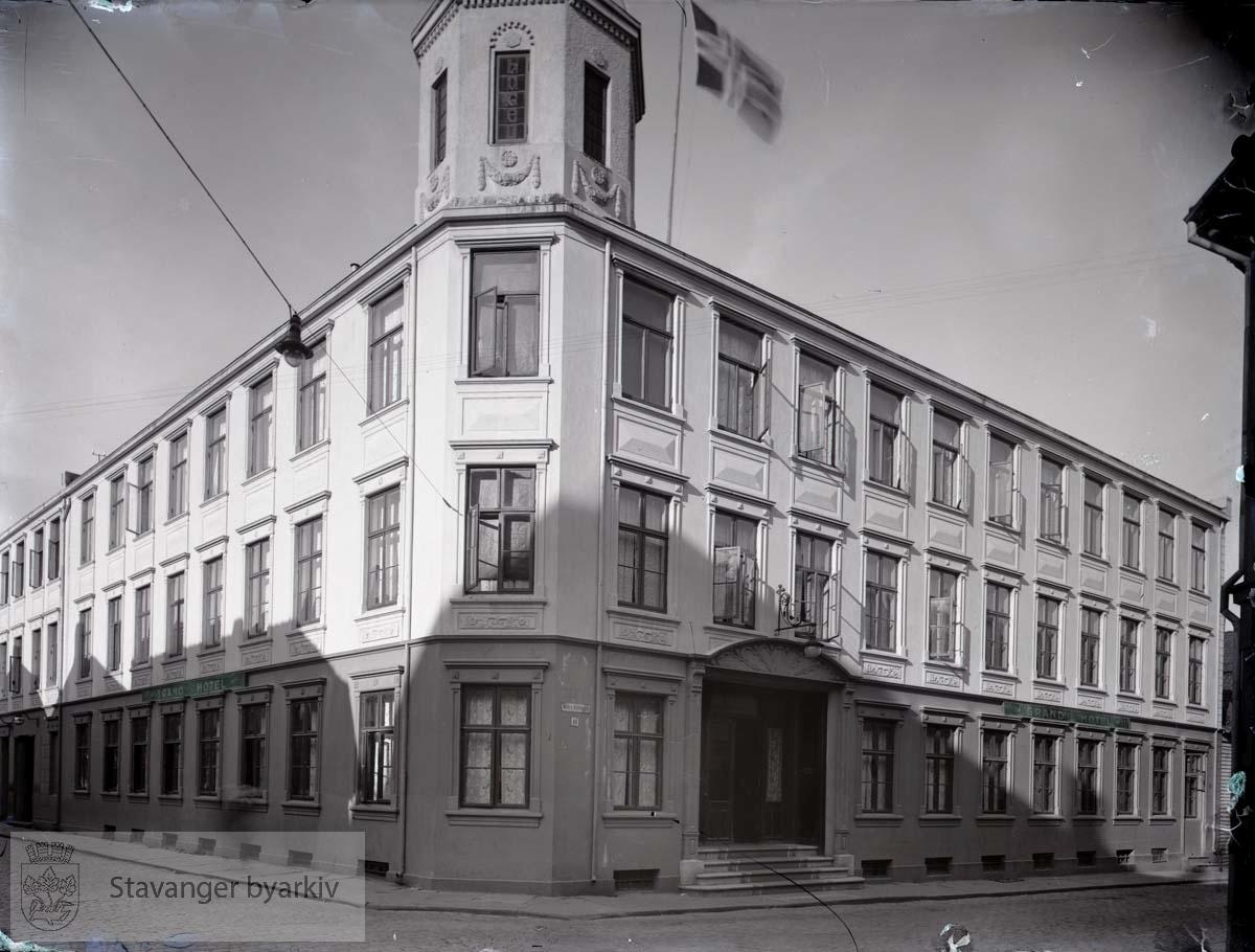 Huset var opprinnelig bygd i tre og oppført som bolig for skipsreder Søren Michal Kastrup Berner etter brannen i 1860. Tyskerne tente på huset 8. mai 1940, og ruinene ble revet...Til venstre Valberggata.