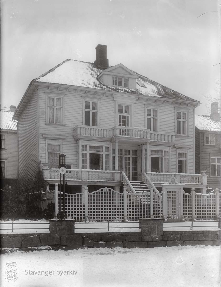 """Fotografiet er tatt fra det islagte Breiavatnet etter at promenadeveien er anlagt. Eieren, Emma Nielsen-Øgreid, hadde forsamlingslokalet """"Arken"""" her i mange år."""