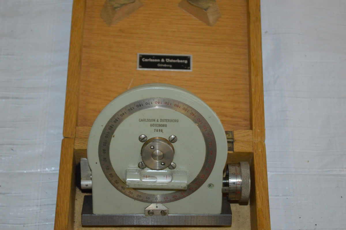 Gradmätaren består av en fast och en vridbar del och är tillverkat i metall. Förvaringslådan av ek-trä.