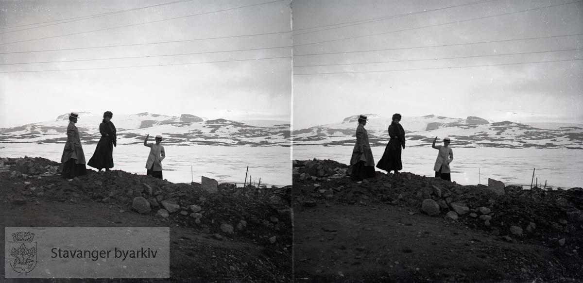 3 kvinner på fjellet..Stereofotografi..
