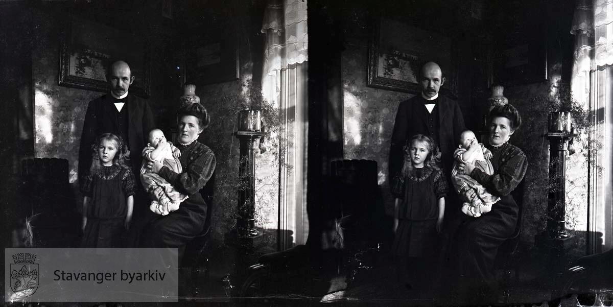 Michael med fra v. Borghild Sofie Eckhoff, Christian Wilhelm Eckhoff og hustru Nicoline Eckhoff f. Grude. Bildet er tatt sommeren 1909..Stereofotografi..