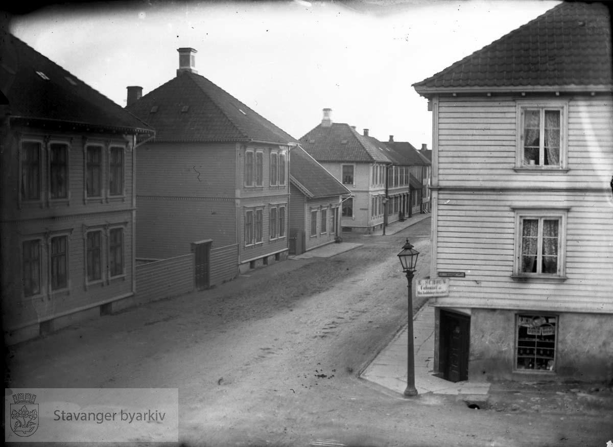 Utsikt fra Wilhelm og Laura Eckhoffs bolig i Løkkeveien 54. Kolonialforretning på hjørnet av Henrik Steffens gate og Løkkeveien