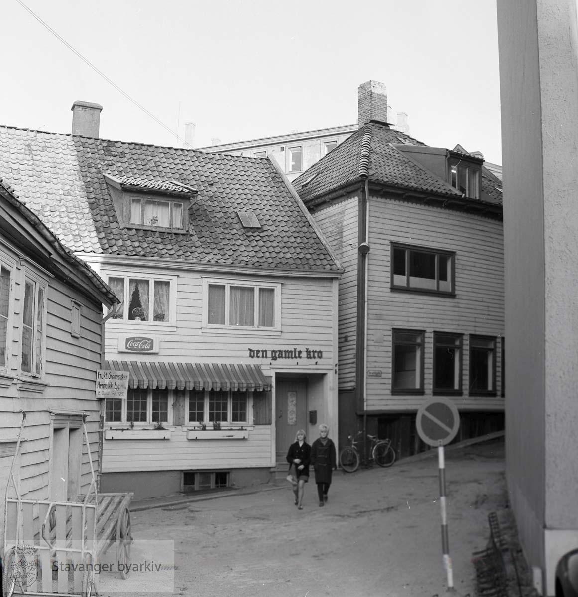 Brattegaten 4 og 6 midt i bildet. Til venstre Torget 3, til høyre litt av H. Lüterath slakterforretning i Torget 1.