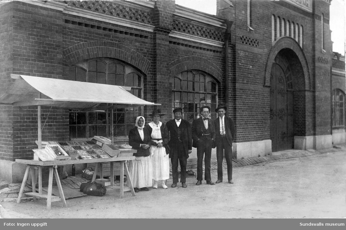 Marknadsstånd framför den gamla tullpaviljongen i hamnen.
