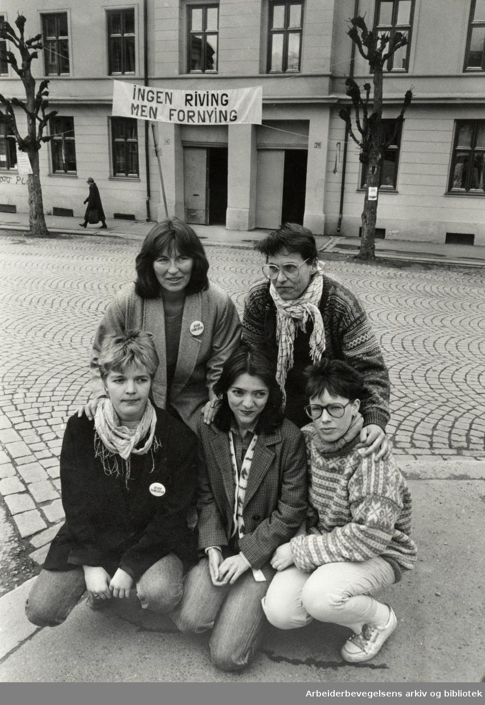 """Gamlebyen. Komiteen for """"Bevar Gamlebyen-aksjonen"""". Fra v.: Toril Paulsen, Astrid Stein, Kristin Jesus, Grete Marstein og Gro Andersen. 18. mai 1987"""