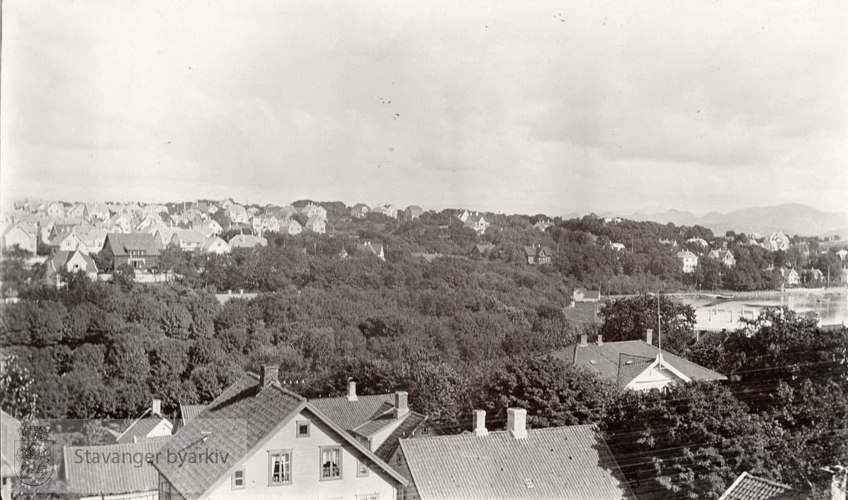 Hillevågsvannet til høyre..Husene i front ligger enten til Lagårdsveien eller Vålandsgata..Storhaug i bakgrunnen til venstre.