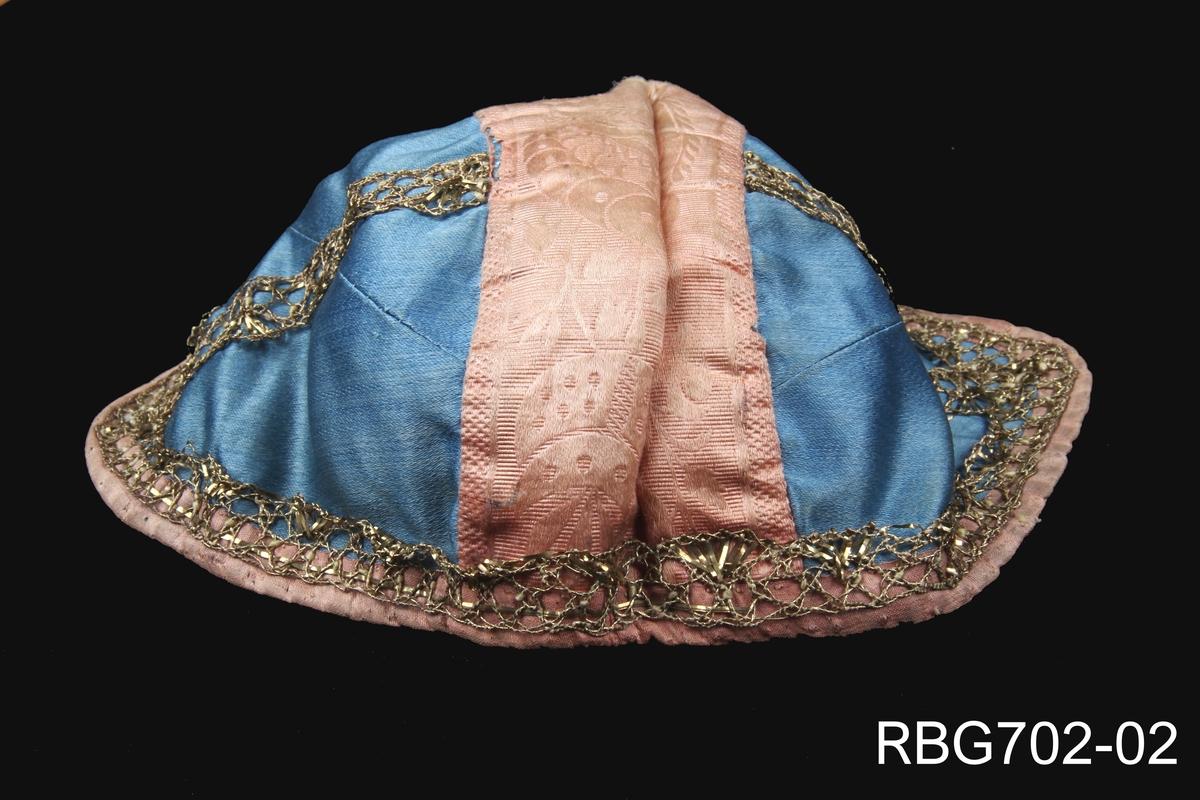 Håndsydd dåpslue. Det blå stoffet var henta frå Berta sin eigen brurekjole som ho bruka då ho gifta seg med Ivar Bjerga i 1821.