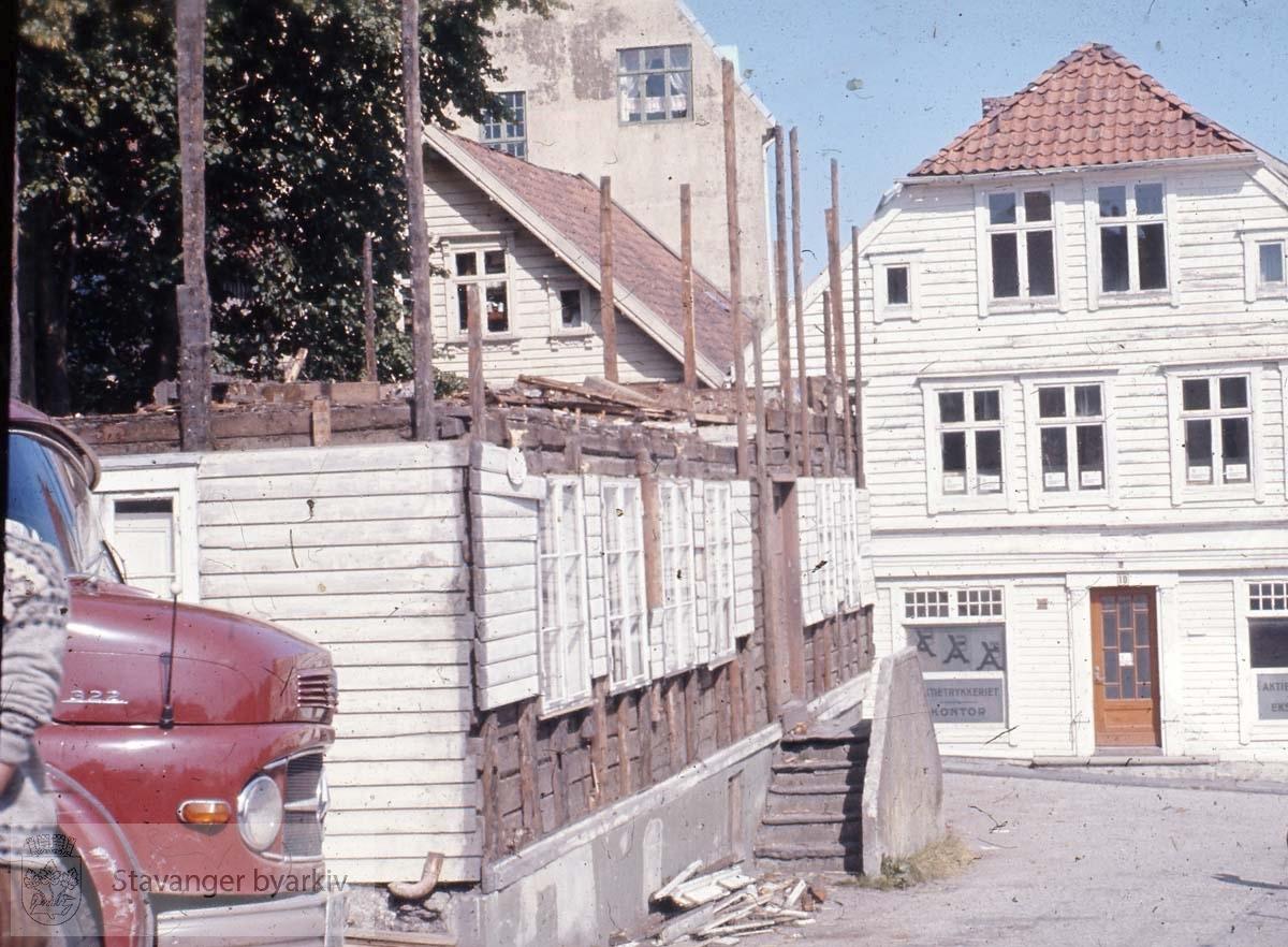 Aktietrykkeriet i Steinkargaten rett fram..Til venstre: Laugmannsgaten 18...