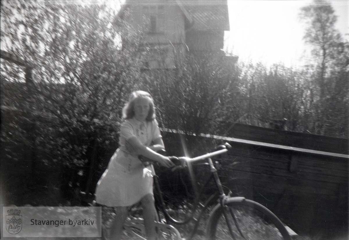 Jente med sykkel i Paradis..Admiral Cruys gate 25 i bakgrunnen.