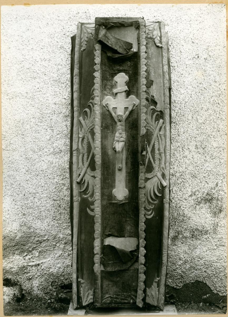 "Badelunda sn, kyrkan. Horn-Wittenbergska gravkoret. ""Herregraven II"". Arvid Wittenbergs kista. 1927."
