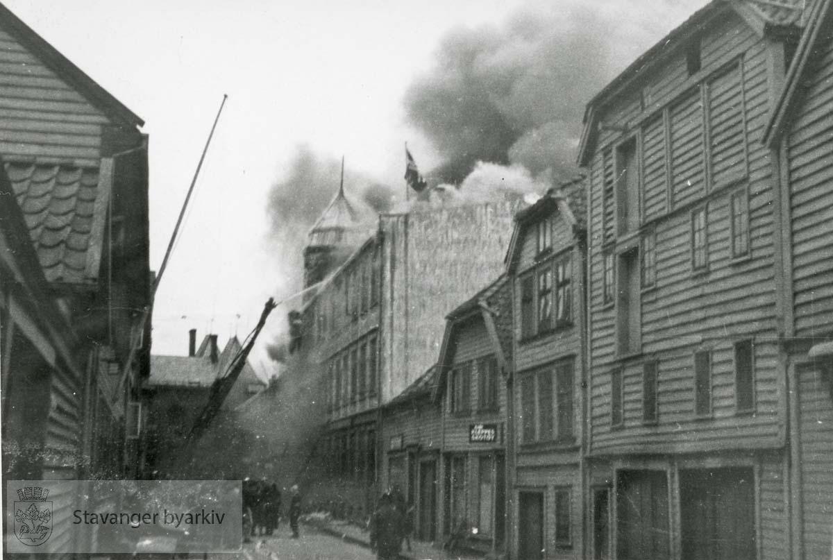 Brannslukking..Grand hotel var en 3 etasjers trebygning reist av skipsreder Søren Berner etter bybrannen i 1860. Privatboligen ble ombygd til hotelldrift i 1887. Etter invasjonen 9. april 1940 rekvirerte den tyske okkupajonsmakten hotellet. 9. mai 1945 ble bygningen antent og totalskadd.