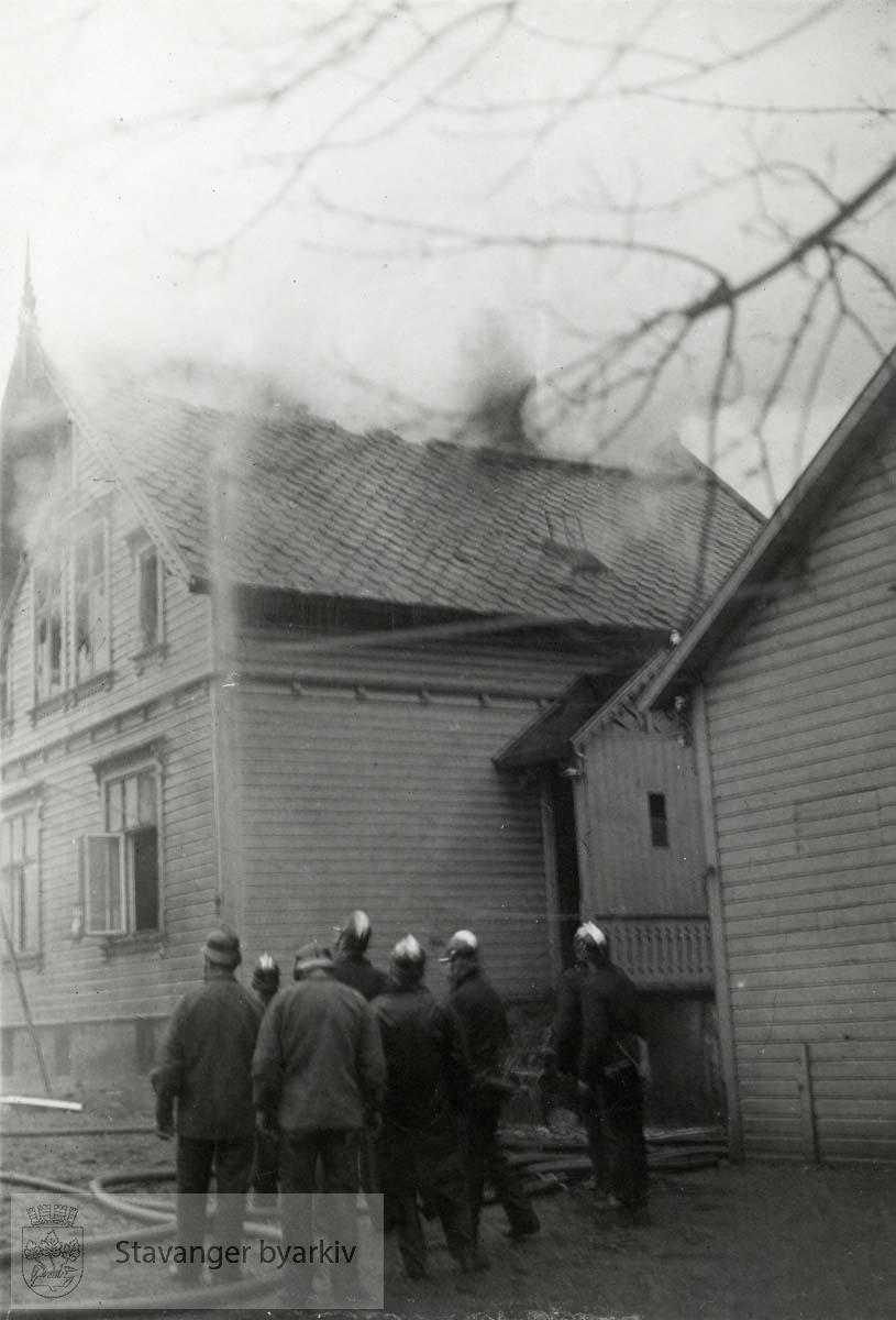 Brannmenn følger med å brannutviklingen i en villa.