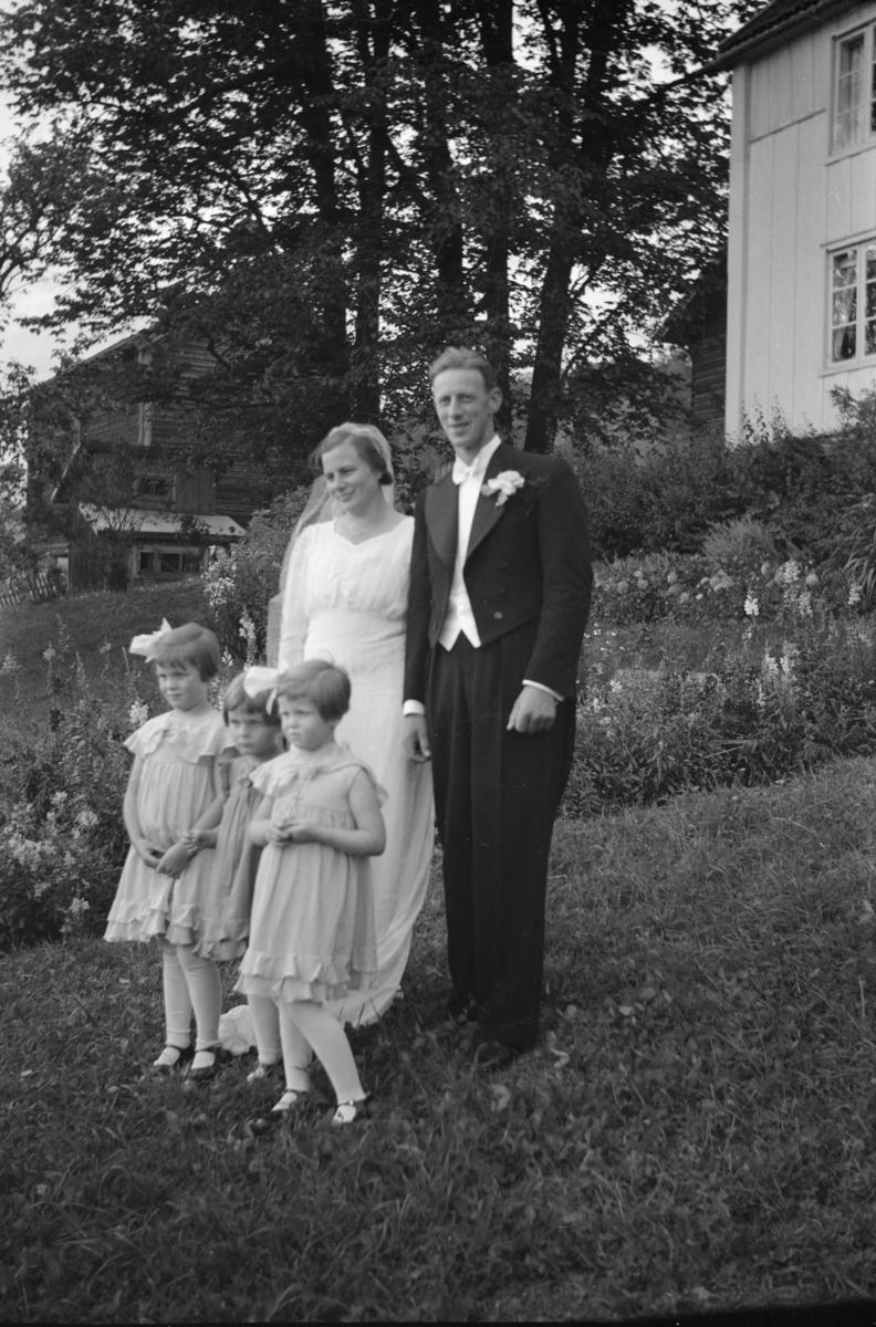 Brudepar med tre brudepiker