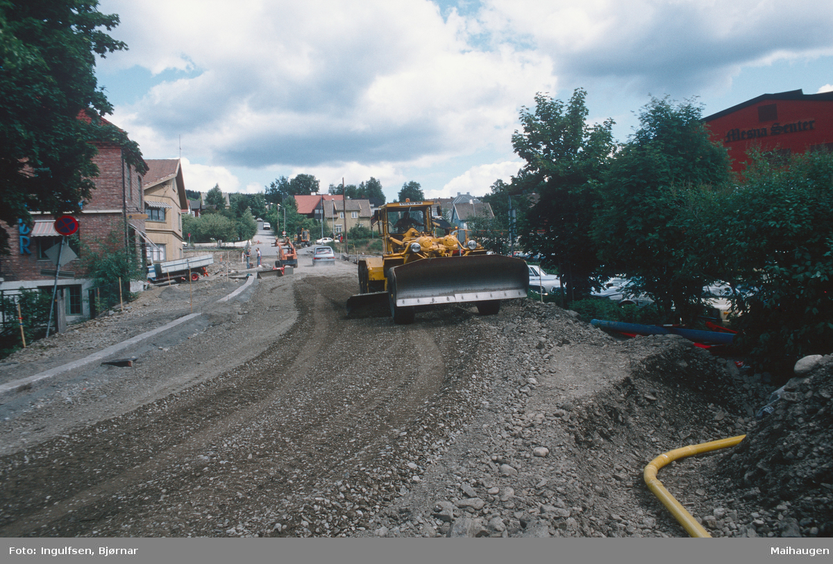 Lillehammer.  Ny nedre del av Nordsetervegen under anlegg (Nordre tangent).  Veghøvel.  Mesnasenteret til høyre.  Sett oppover mot Nedre Lysgårdsveg.