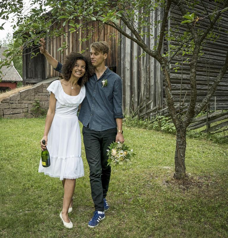 Stående brudepar under et tre