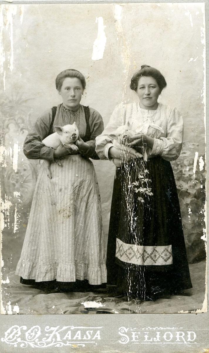 Anne Langedal til venstre. Kvinna til høgre er ukjend