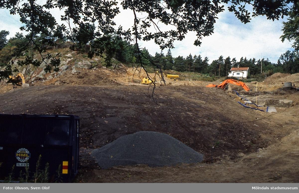 Schaktningen har börjat för de hus som skall byggas norr om Stensjön i östra Mölndal. Fotografi taget i september 2000. Lägg märke till det hus som ligger längst upp. Det har rivits. D 34:33.