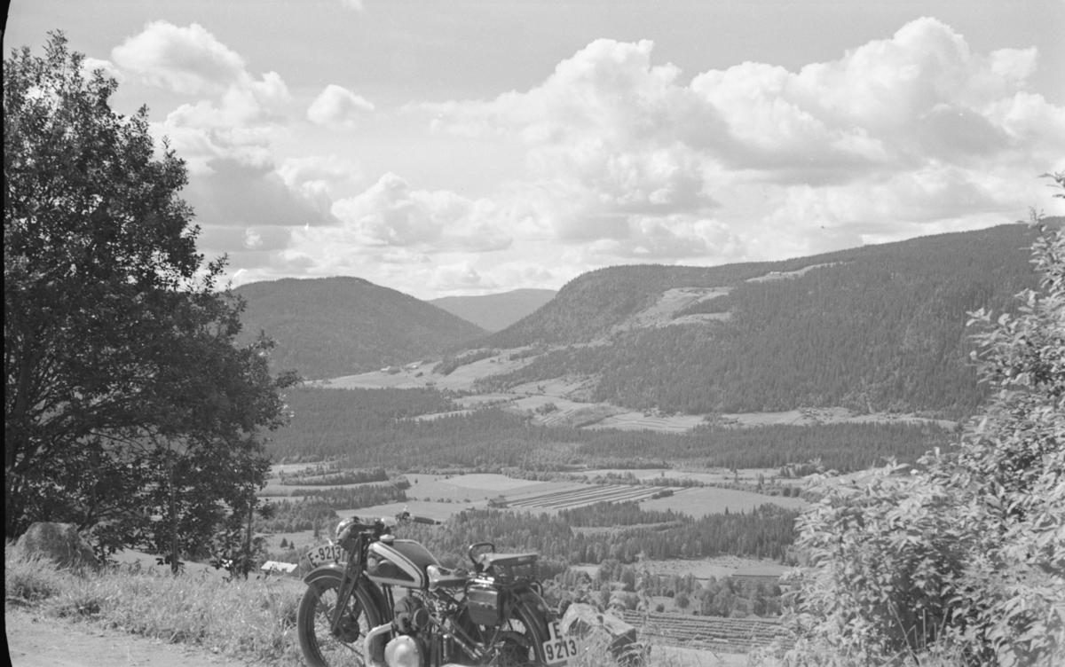 Fra Øverbygdsvegen ved Vole, Østre Gausdal, motorsykkel E-9213 i forgrunnen