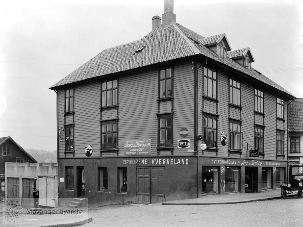 Lagårdsveien 20. Brødrene Kverneland automobilforretning og rekvisita på hjørnet til Garvergaten.