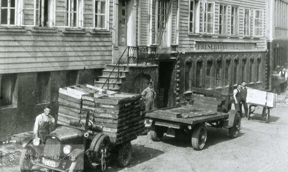 Lastebiler utenfor Preserving Co. Nor.