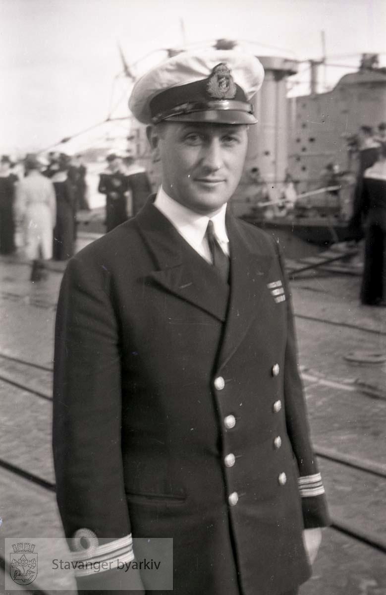 """Offiser på kaien..Vågen .U-båtene heter """"Uthaug"""", """"Utvær"""" og """"Utstein""""."""