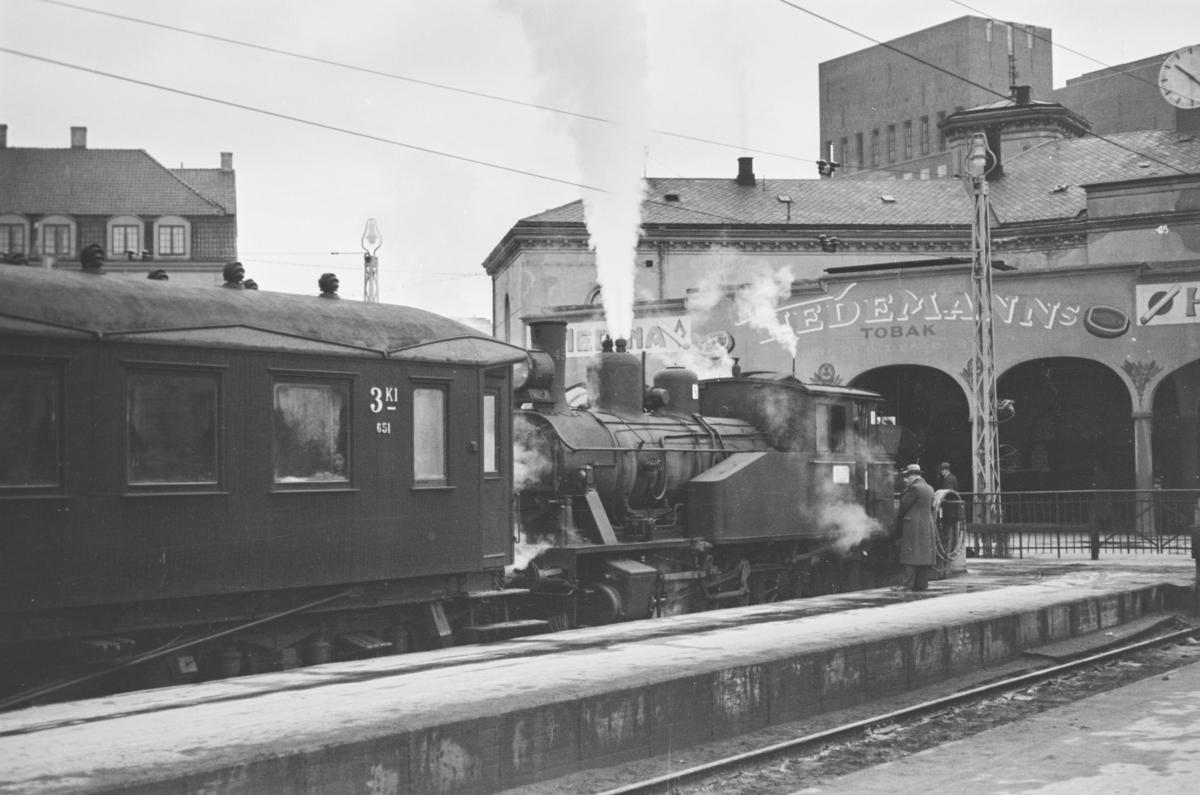 """Damplokomotiv type 23b nr. 456 eller 459 benyttes som """"finke"""" i spor 5 på Oslo Vestbanestasjon."""