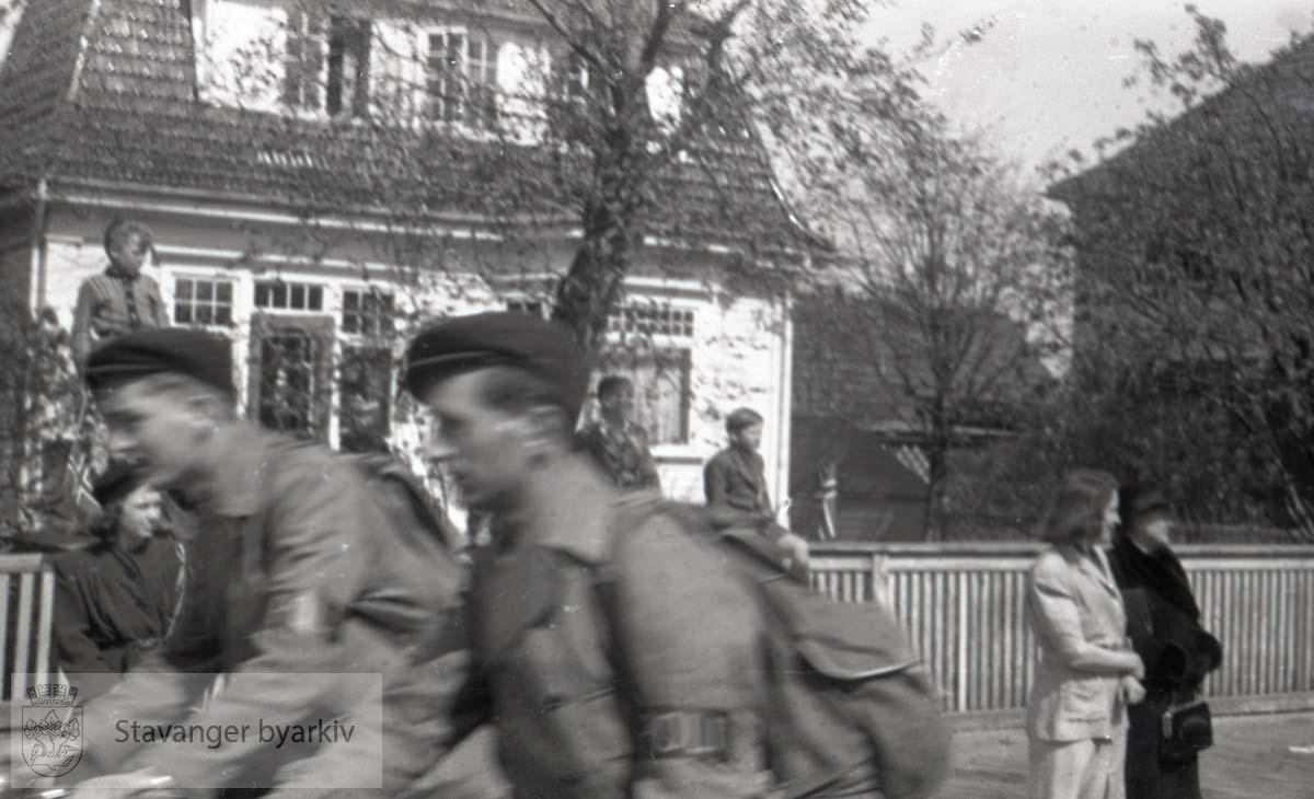To politifolk på sykkel langs Madlaveien. Huset i bakgrunnen er Madlaveien 27..Tatt kort tid etter frigjøringen fra okkupasjonen , .2. verdenskrig. Fredsdagene 1945.... .