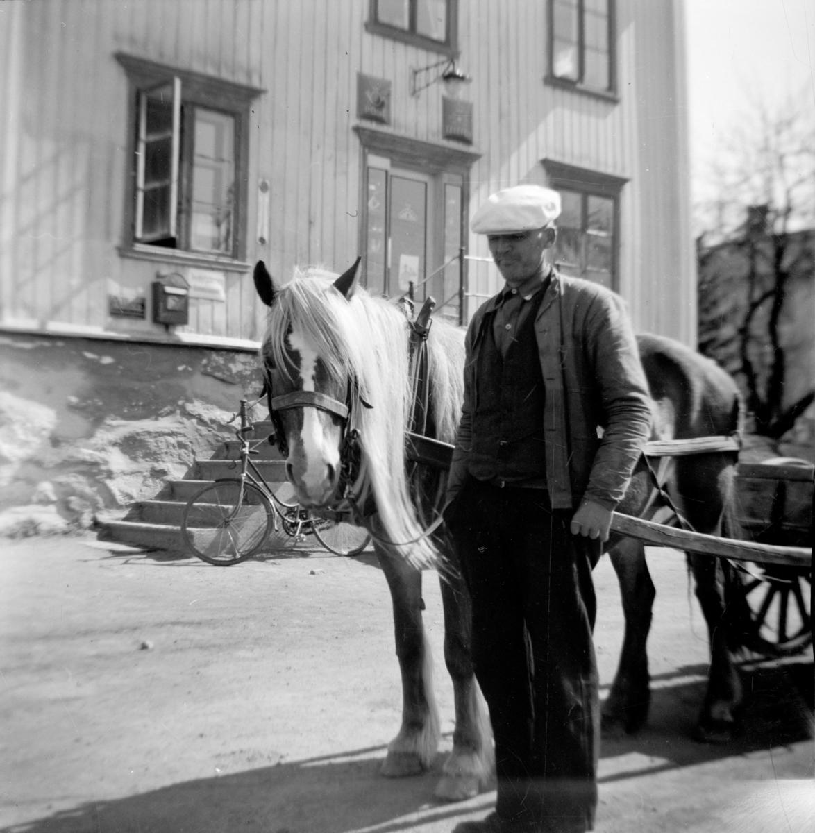 """Ola Løkken med hesten """"Raua"""" utenfor butikken på Linjordet"""