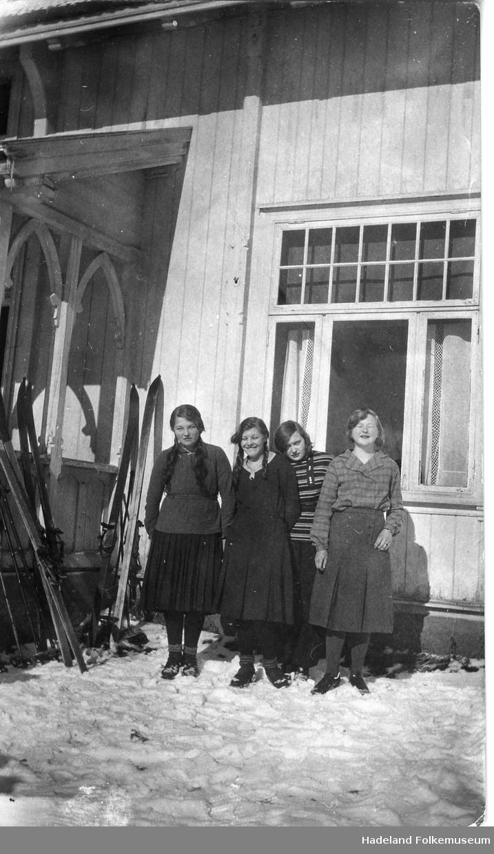 Framhaldskole jenter elever og lærerinne, kledd til skitur.