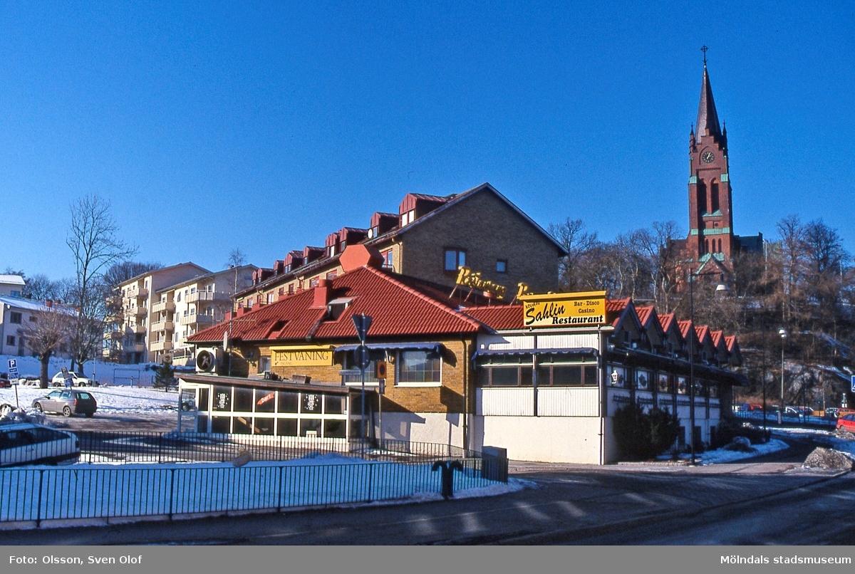 Restaurang/konditori Sahlins terrass med adress Storgatan 32 i Mölndals centrum, en vinterdag år 2003. I bakgrunden till höger ses Fässbergs kyrka. D 41:27.