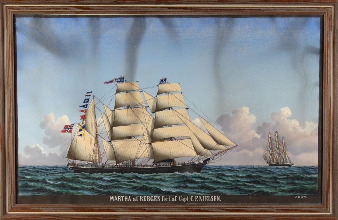 Skipsportrett av bark MARTHA med full seilføring samt signalflagg på åpen sjø. Fører flagg med sildesalat i akter. Til høyre i motiv sees skipet fra akter.