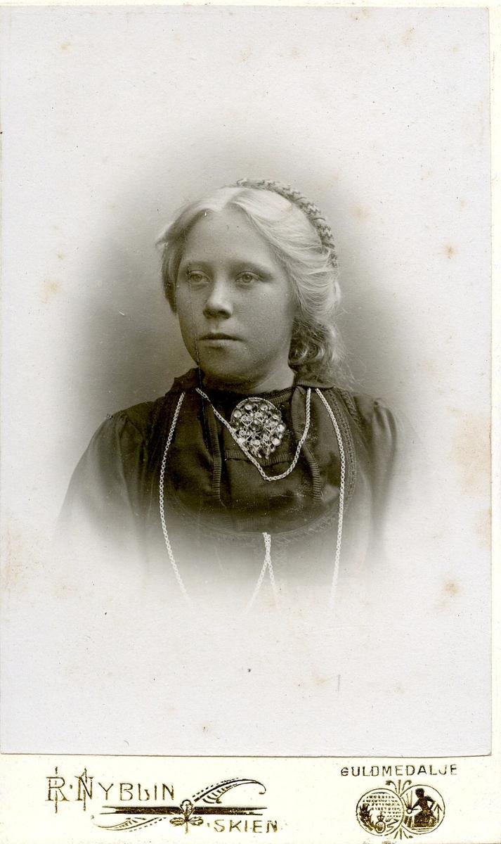 Portrett av ei ung ukjent kvinne.