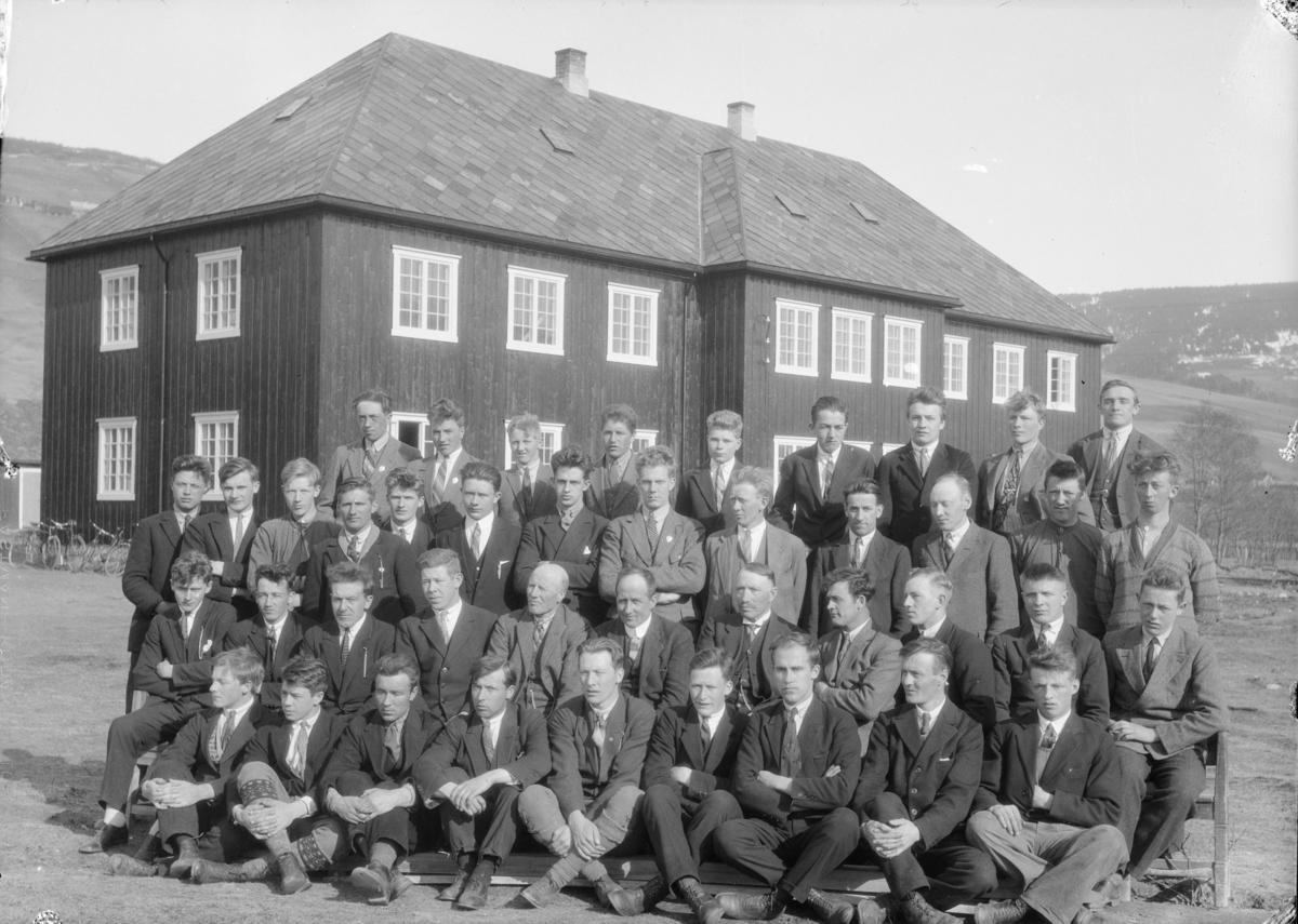 Elever og lærere ved Hjerleids Minne, Dovre. Midt i bilde sitter lærerne Ragnvald Einbu, Ola Lillevik og Helge Hovrud