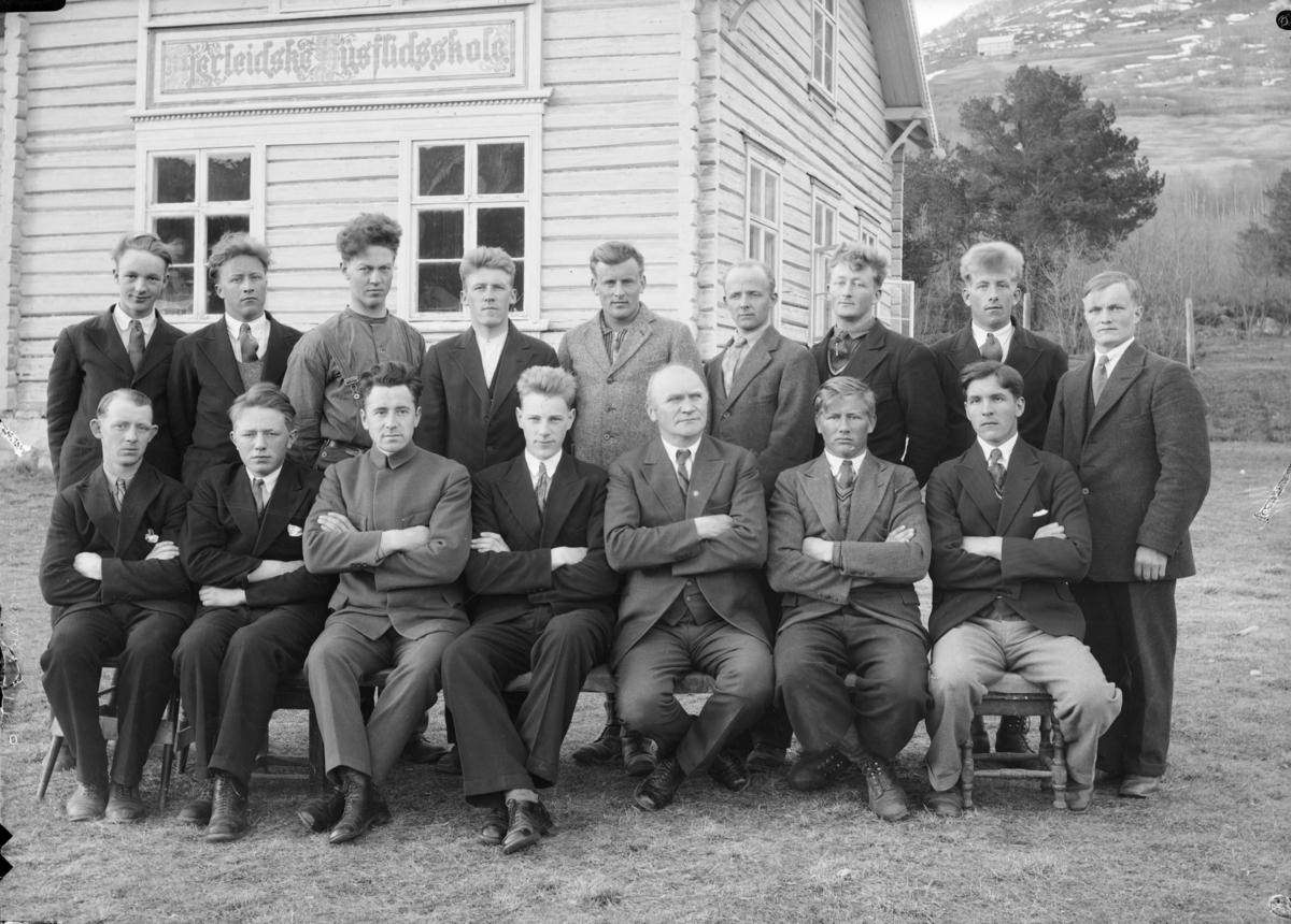 Elever og lærer ved Hjerleidske Husflidsskole, Mosjordet Dovre i 1934/35