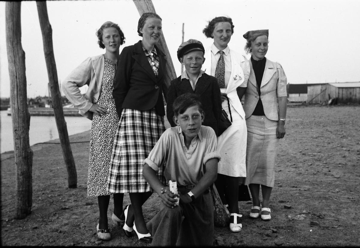 d093c6125b4e En grupp finklädda ungdomar på utflykt. Här står de på kajen i Varberg, men  på bildnr ...