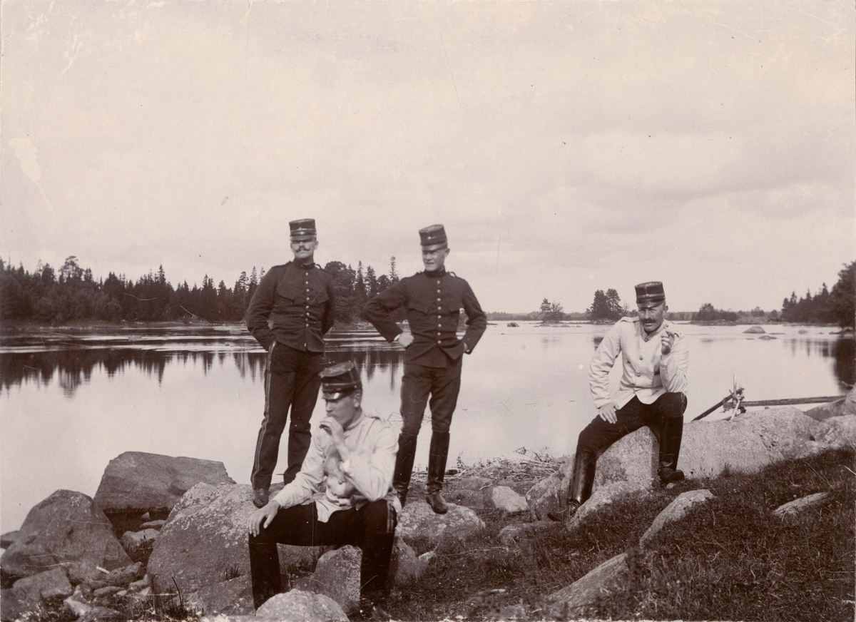 Soldater vid sjön.