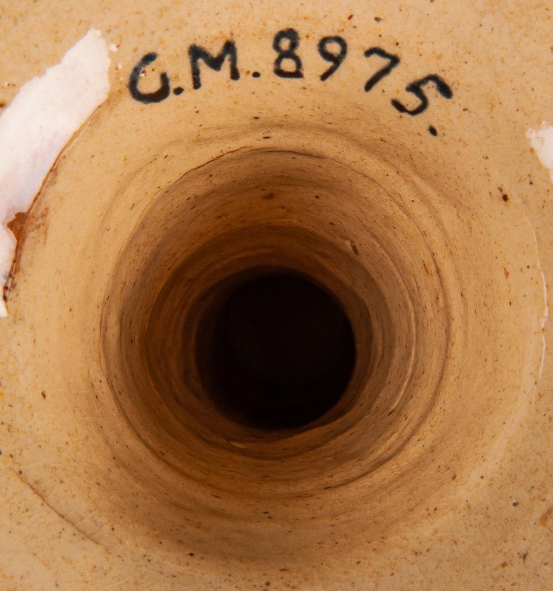 Gul puddingform form av flintgods, rund räfflad med pip. Märkt: 2 L Höganäs. KH