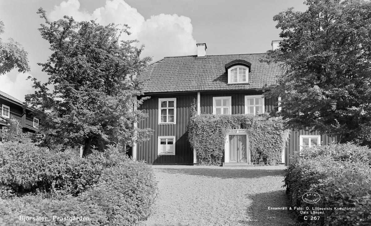 Den ståtliga prästgården i Björsäter kan i de äldsta delarna dateras till 1672. En andra våning tillfördes 1797, vilken tydligt avspeglas i de tre lufter höga fönstren. Vid tiden för bilden disponerades bostället av kyrkoherde Hilding Berggren med maka.
