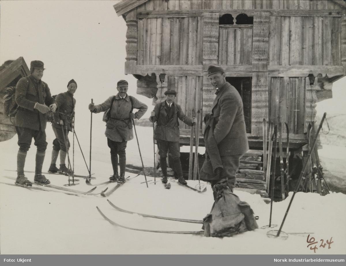 Fem menn på skitur foran loft, Ellefstjønnburet