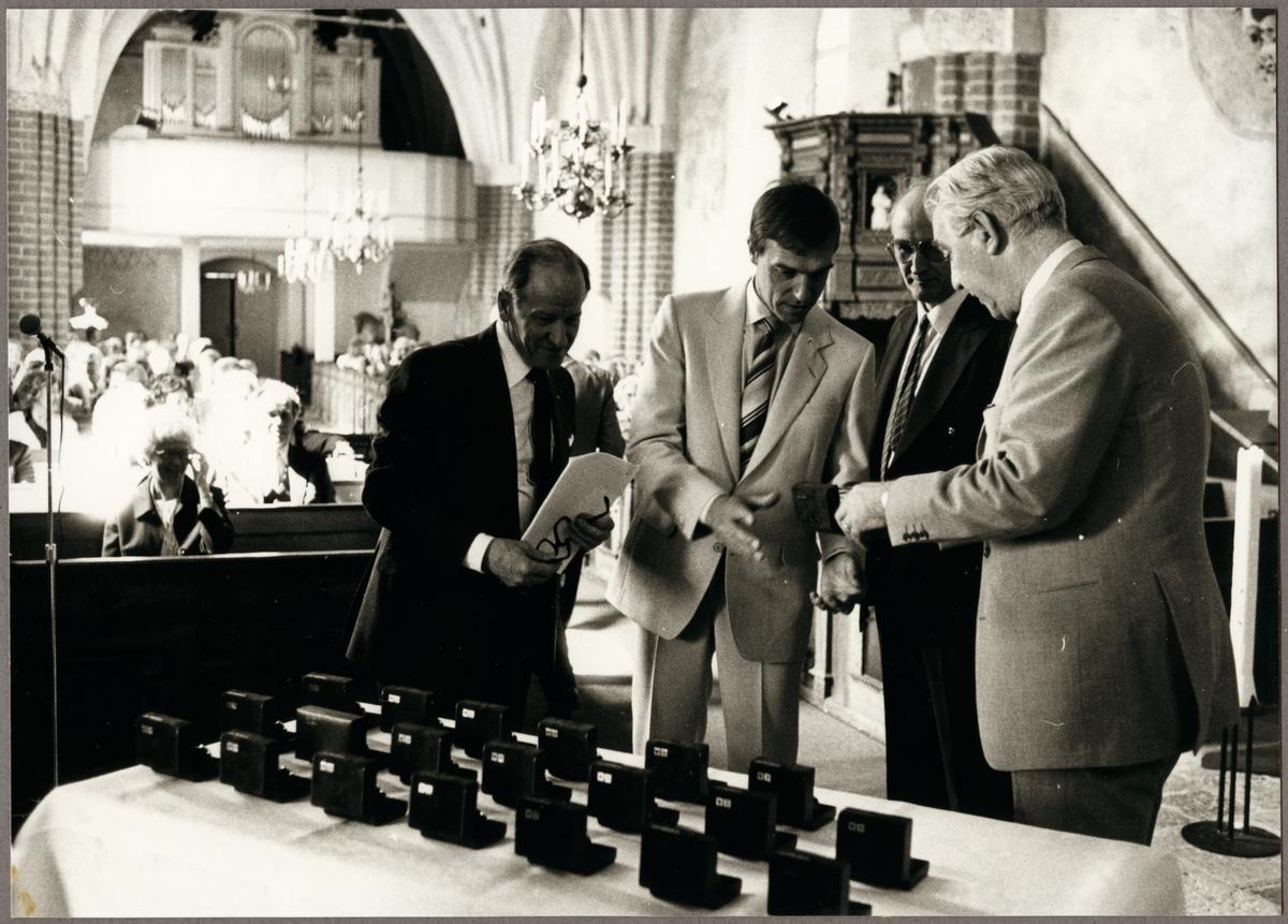 Trafikaktiebolaget Grängesberg - Oxelösunds Järnvägar, TGOJ-dagen. Det stora klockbytet utbröt när man kommit underfund med att några blivit tilldelade fel guldur. Från vänster Gunnar Bensbo, Tore Andersson, Gunnar Engvall och TGOJ-chefen Ragne Johanson.