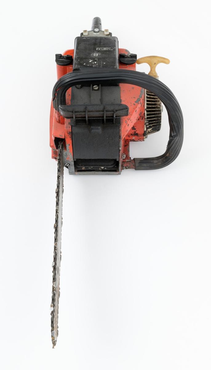 Motorsag av typen Jo-Bu L6 med påmontert sverd og sagkjede. For registrator virker saga komplett. Den fremre håndtaksbøylen er polstret med svart gummi, som har sprukket opp enkelte steder. Det er innsalg av noe rust på sverd og sagkjede. Foran den fremre håndtaksbøylen er det påmontert en beskyttelsesskjerm / verneskjerm for venstre hånd. Deksler over sylinder og forgasser / luftfilter er utført i svart plast. Foran det bakre håndtaket gjenfinnes tre kanpper, to i plast og en i metall. Sett fra venstre mot høyre så har kanppene disse funksjonene: stopp, start og choke. Metallknappen i midten er en såkalt startgass-sperre.   Fra Jobus salgsbrosjyre for Jo-Bu L6 og medfølgende lapp til saga, er følgende tekniske data gjengitt (skannet versjon av brosjyren gjenfinnes under fanen referanse til filer): Totaktsmotor på 56 kubikkcentimeter, 3,4 hestekrefter, servoclutch, regulerbart automatisk trykksmøresystem, brenstofftank: 1,0 liter, oljetank: 0, 35 liter, vekt: 6,9 kilo med 40 centimeters skjæreutstyr, kjedehastighet 17-19 meter per sekund.