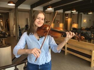 Frida Drevland Tømmerberg framfører en norsk melodi på fiolin