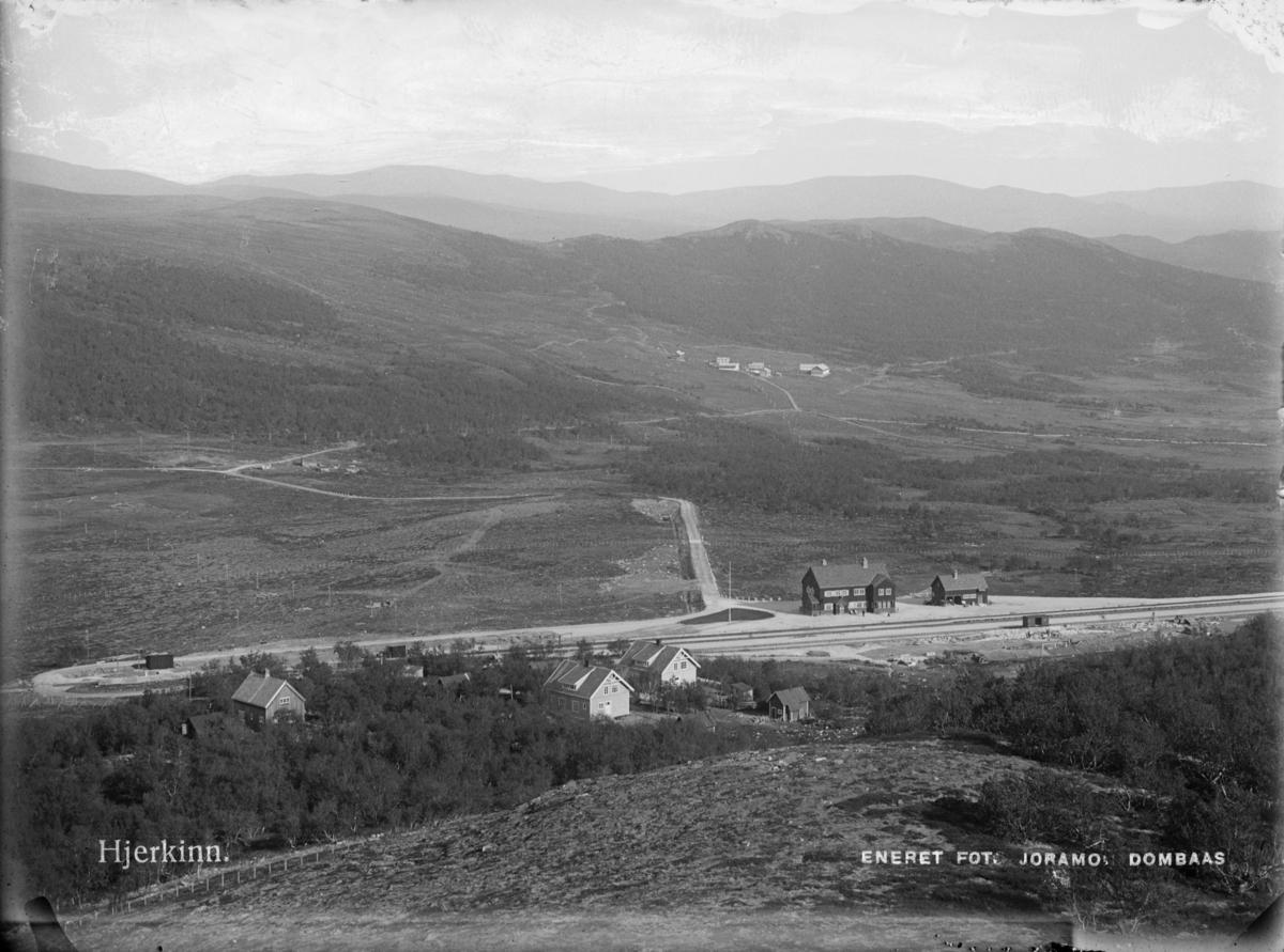 Dovrefjell, oversiktsbilde mot øst med Hjerkinn stasjon og bak i bilde Hjerkinn fjellstue