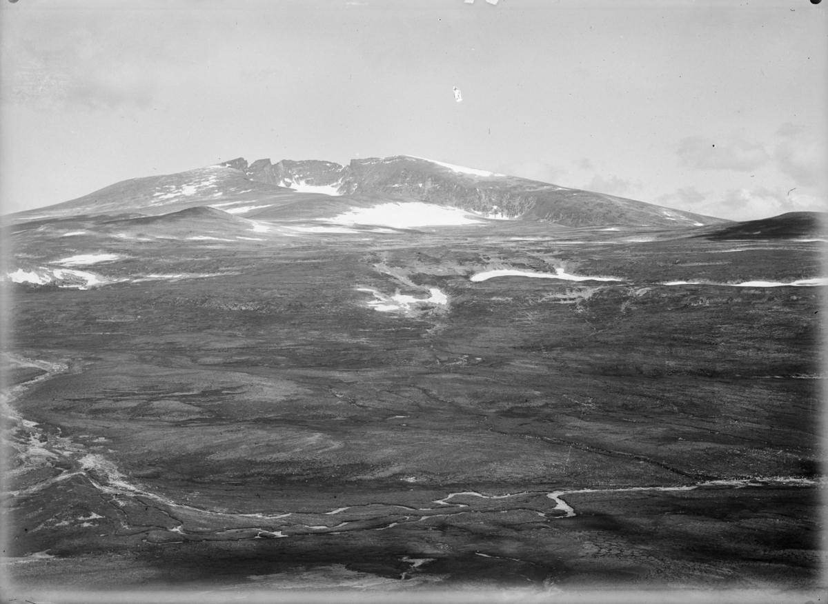 Oversiktsbilde Dovrefjell mot Snøhetta med elva Svone til venstre