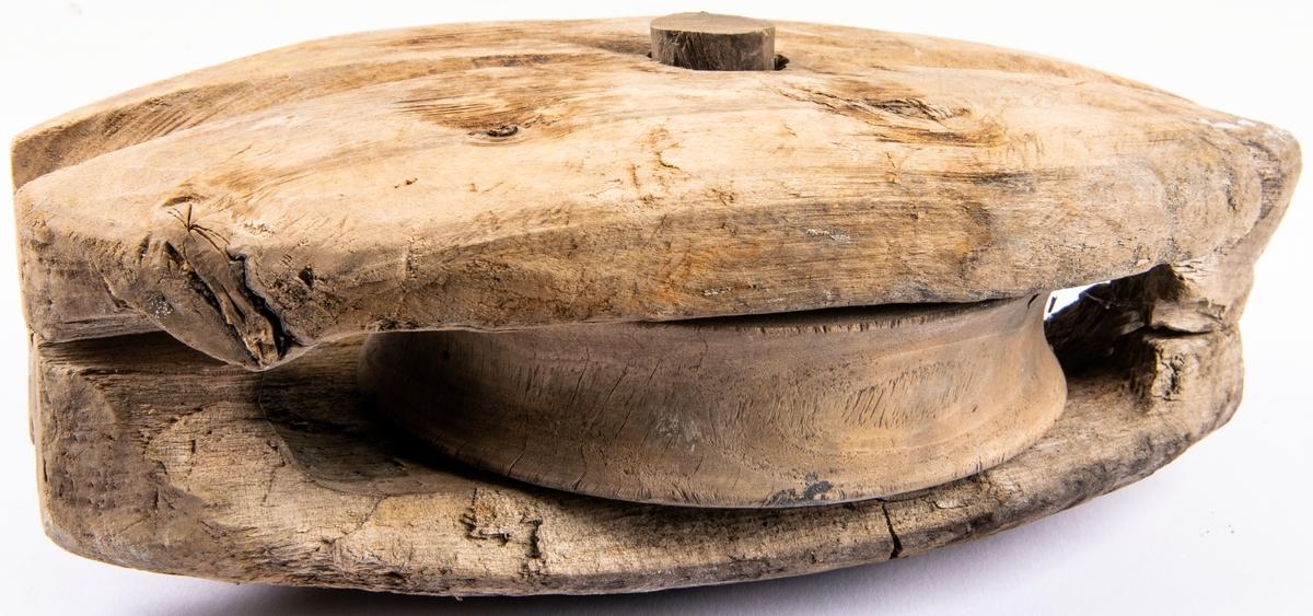 Delar tillhörande en fartygslämning i Hamrånge socken, Axmar 6:3, det s.k. Engmanvraket. Dokumentationen visade att Engmanvraket varit byggt i klinkteknik ungefär till slaget, och därefter i kravell, med furuspant och bordläggning av gran. Det har varit ett fraktfartyg, 28 meter långt och 8 meter brett, och odäckat så när som på ett gångbord runt hela fartyget. I aktern har det funnits en kajuta med tegelugn. Aktern har avslutats med en akterspegel i två delar med valv emellan. Sannolikt har riggningen bestått av två master, spår av dessa saknas. Men flera block och blocksivor påträffades i vraket, liksom en pumparm för länspumpen. Naturvetenskapliga analyser visar att fartyget sannolikt byggts i södra Norrland kring sekelskiftet 1800. Fartyget tolkas som vraket efter en förlist allmogeseglare, som troligen byggts för att frakta styckegods, järnmalm och trävaror mellan Mälardalen och Norrlandkusten.