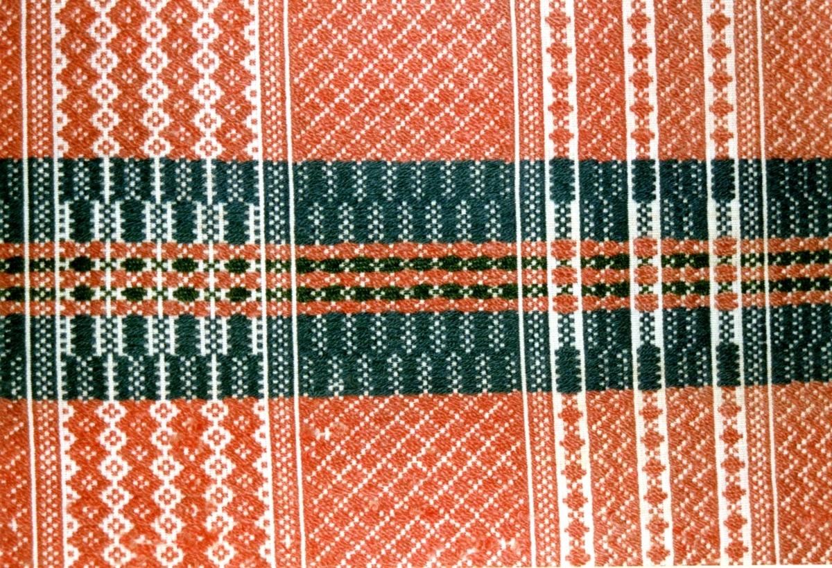 Veggåkle i skillbragd, muligens kjøpt på auksjon på Klett, år ikke oppgitt.  Ulike brede mønster-rapporter på ca 10 cm, med ulike mønster på alle.  Tilstand: Godt brukt, slitt og noe falmet.